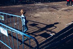 (DANG3Rphotos) Tags: street streetphotography streetphoto streetphotographer streetphotos calle blue azul red people boys nikon d750 nikonista dang3rphotos dang3r creative look vision style creativo imagen photo 2017 shot camera inspiration ver like this photos foto fotografia love art artist life light lights