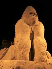 Bokito valt bezoeker aan 2007 / Facts of history after 1945, sandsculptures Garderen (Alta alatis patent) Tags: facts history sandsculptures garderen bokito gorilla