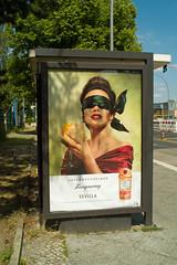 Werbung TANQUERAY Sevilla 7.6.2019 (rieblinga) Tags: berlin bvg wartehalle bus werbung tanqueray sevilla 762019