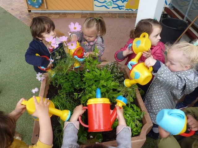 Photo 2 - Atelier jardinage à la crèche familiale