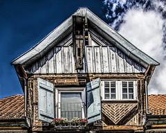Alte Pracht in Lauenburg (bhermann.hamburg) Tags: lauenburg oldhouse giebel alt haus blau fenster fensterladen geschichte historic lastkran