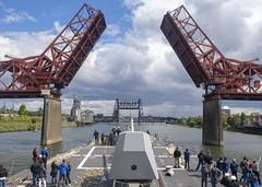 USS Pinckney (DDG 91) passes beneath the Broadway Bridge in Willamette (Official U.S. Navy Imagery) Tags: npasenwnrnwportlandrosefestivalfleetweekastoriafleet portland ore unitedstates
