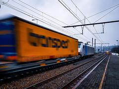 DB Cargo 186 492 stormt met een hupac trein door Diest (Avinash Chotkan) Tags: db cargo br186 traxx railpool hupac fullspeed bombardier belgium trains 186492