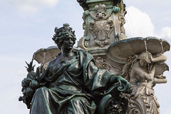 Erlangen im Frankenland (Helmut44) Tags: deutschland germany bayern franken erlangen mittelfranken brunnen marktplatz paulibrunnen spätrenaissance skulptur erlangia wasserstrahl well frauenskulptur womenstatues