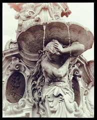 Erlangen im Frankenland (Helmut44) Tags: deutschland germany bayern franken erlangen mittelfranken brunnen marktplatz paulibrunnen spätrenaissance skulptur fotografik wasserstrahl well womenstatues