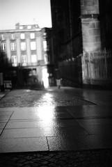 marcher, au bord (chetbak59) Tags: argentique noiretblanc leicam6 analogique panf