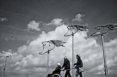 Against The Wind (RadarO´Reilly) Tags: wilhelmshaven südstrand fliegerdeich windwächter wind himmel sky wolken clouds sw schwarzweis bw blackwhite blanconegro monochrome noiretblanc zwartwit street streetphotography streetlife strasenfotografie