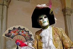QUINTESSENZA VENEZIANA 2019 789 (aittouarsalain) Tags: venise venezia carnevale carnaval masque costume mask éventail chapeau