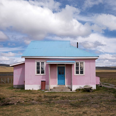 Little house on the pampa - Patagonia, Chile (pas le matin) Tags: travel voyage world chile chili southamerica latinamerica patagonie patagonia landscape paysage house maison couleur color sky ciel bleu blue rose pink architecture canon 5d 5dmkiii eos5dmkiii canon5dmkiii canoneos5dmkiii