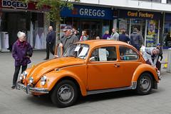 D21220.  Classic Cars in Queensmead, Farnborough. (Ron Fisher) Tags: vw beetle vwbeetle car classiccar vehicle classicvehicle farnborough hampshire