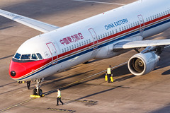 CHINA EASTERN A321-211 B-6367 002 (A.S. Kevin N.V.M.M. Chung) Tags: aviation aircraft aeroplane airport airlines airbus plane spotting chinaeastern a320series a321 closeup apron