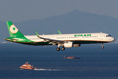 EVA AIR A321-211(WL) B-16227 003 (A.S. Kevin N.V.M.M. Chung) Tags: aviation aircraft aeroplane airport airlines airbus a321 a320series mfm macauinternationalairport spotting plane landing approach arrival sea ocean