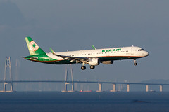 EVA AIR A321-211(WL) B-16227 002 (A.S. Kevin N.V.M.M. Chung) Tags: aviation aircraft aeroplane airport airlines airbus a321 a320series mfm macauinternationalairport spotting plane landing approach arrival sea ocean