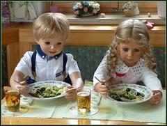 Spargelzeit / Asparagus season (ursula.valtiner) Tags: puppe doll luis bärbel künstlerpuppe masterpiecedoll spargel essen meal asparagus asparagusseason spargelzeit oliven olives penne parmesan