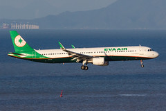 EVA AIR A321-211(WL) B-16227 005 (A.S. Kevin N.V.M.M. Chung) Tags: aviation aircraft aeroplane airport airlines airbus a321 a320series mfm macauinternationalairport spotting plane landing approach arrival sea ocean