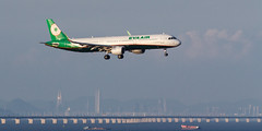 EVA AIR A321-211(WL) B-16227 001 (A.S. Kevin N.V.M.M. Chung) Tags: aviation aircraft aeroplane airport airlines airbus a321 a320series mfm macauinternationalairport spotting plane landing approach arrival sea ocean