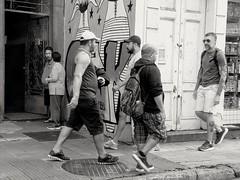 vai e volta (lucia yunes) Tags: rua cenaderua fotografiaurbana fotoderua fotourbana fotografiaderua streetphotographie streetscene streetlife walk justwalk mobilephotography mobilephoto luciayunes motoz3play sidewalk