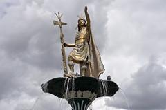 The proud Inca (Chemose) Tags: sony ilce7m2 alpha7ii avril april pérou peru cuzco cusco fountain fontaine water eau inca pachacutec statue plazadearmas placedarmes hdr conquistador