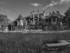Spukhaus (Crowdie) Tags: spukhaus geister schloss haus düster gruselig finster alt schwarz weis black white
