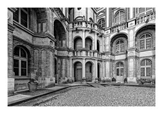 Château de Saint Germain en Laye (Guillaume DELEBARRE) Tags: france château castle saintgermainenlaye îledefrance royal noiretblanc nb blackandwhite bw architecture escalier windows fenêtres 78 yvelines