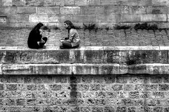 parigine... (morphyne) Tags: parigi coppia luielei parlare calzedadonna parigine calzeparigine gambe seduti talk senna rivegauche rivadellasenna biancoenero hdr streetphoto
