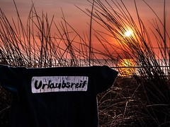 Urlaubsreif (blende9komma6) Tags: sun iphone apple fischlanddarszingst germany sonne tshirt urlaub beach strand sunset sonnenuntergang urlaubsreif balticsea ostsee ocean meer holiday mobile smartphone