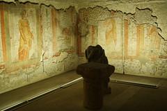 oturan kadın heykeli, oyun taşı ve duvar resimli oda