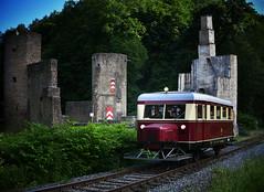 railcar and ruined castle (Stefan Markus) Tags: burghardenstein witten nordrheinwestfalen northrhinewestphalia deutschland germany nikon nikond7500 nikondxafsnikkor35mmf18g schweineschnäuzchen wismarerschienenbus railcar burg castle