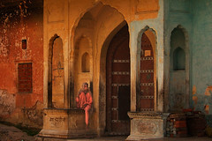 Haveli. Jaipur. Rajasthan. India. (Tito Dalmau) Tags: street portrait woman haveli door old city jaipur rajasthan india