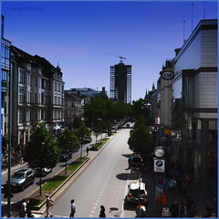 Schlossstraße mit Blick auf den Kreisel (magritknapp) Tags: berlinsteglitz schlosstrasemitblickaufdashochhauskreisel häuser strase bäume menschen houses street trees people maisons arbres de rue personnes