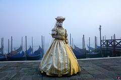 QUINTESSENZA VENEZIANA 2019 808 (aittouarsalain) Tags: venise venezia carnevale carnaval masque costume chapeau reine gondola gondole brouillard brume