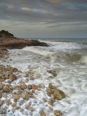 (AbelJG) Tags: cpl degradadoneutro3pasos costa sierradeirta mar sea coast coastline rocas rocks espuma clouds nubes