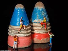 HMM Macro Mondays - Childhood Toys als Kletterwand (J.Weyerhäuser) Tags: childhoodtoys h0 hmm kletterer macromondays peitschenkreisel preiser tinypeople