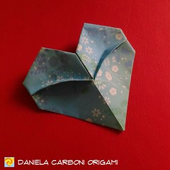 """Cuore assonnato""  Modello creato ieri. Carta da origami decorata bicolore, lato 7,5 cm.  ------------------------------------------- ""Sleepy heart"" Model created yesterday. Double side coloured decorated kami, 7,5 cm edge.  #origami #cartapiegata #paperf (Nocciola_) Tags: cuore paperart cartapiegata createdandfolded papiroflexia paperfolding originaldesign heart danielacarboniorigami paper origami"