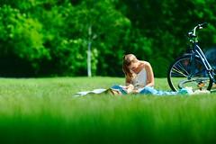 Reading a Book (Gerald Lang) Tags: frau woman grün green fahrrad bicycle vélo park grandjardin parc girl fille femme younglady jungefrau menschen people personnes vert import26052019