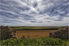 La brecha en el muro (Fernando Forniés Gracia) Tags: españa castillayleón soria almenar almenardesoria campo naturaleza cielo nubes cabañas paisaje landscape