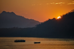 Luang Prabang – Mekong River sunset (Thomas Mülchi) Tags: luangprabang laos 2019 people person persons river sunset boat boats mekong mekongriver hills hill forest clearsky