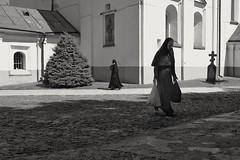 Crossing way's (Rien van Voorst) Tags: ukraine kiev monastery streetphotography fotografiadistrada straatfotografie nun