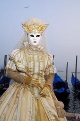 QUINTESSENZA VENEZIANA 2019 811 (aittouarsalain) Tags: venise venezia carnevale carnaval masque mask costume reine chapeau fleurdelys gondole gondola