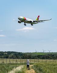 R_DSC_TAP (ViharVonal) Tags: vie loww airplane wien photography photo plane austria nikon tamron