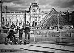 The Police (Mister Blur) Tags: police paris france musée louvre pyramide thepolice band blackandwhite blancoynegro noireetblanc bw nikon d7100 1855mm nikkor lens snapseed rubén rodrigo fotografía hmm monochrome monday
