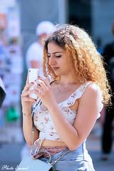 Festival mural sous la chaleur.... (photolenvol) Tags: festivalmural boulevardsaintlaurent maine montreal fido photoderue street cellulaire texto selfie
