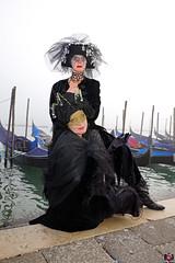 QUINTESSENZA VENEZIANA 2019 813 (aittouarsalain) Tags: venise venezia carnevale carnaval masque costume chapeau mask gondola gondole brouillard brume