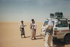 Pause dans la traversée (Jauss) Tags: desert yemen désert yémen rubalkhali اليَمَن bédouins bedouins aziz صحراءالربعالخالي