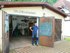 Karsten Miller vor seiner Werkstatt (Carl-Ernst Stahnke) Tags: sommerfeld galerie werkstatt karstenmiller pfingsten prohn kunstgegenstände