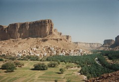 Village de l'Hadramaout (Jauss) Tags: yemen yémen hadramaout اليَمَن wadihadramaout cliff village falaise wadi واديحضرموت