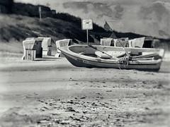 Am Meer (Helmut44) Tags: deutschland germany boot wasser strand ostsee fotografik strandkörbe sw beach