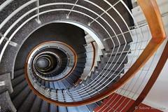 Der Trick mit dem Knick (Sockenhummel) Tags: treppe treppenhaus fuji steps stairwell stairway staircase xt10 architektur spirale stufen escaliers