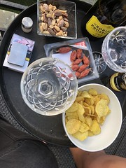 Kvällsgott 8/6 (Atomeyes) Tags: mat salami korv chips nötter öl mousserande vin