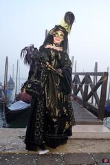 QUINTESSENZA VENEZIANA 2019 824 (aittouarsalain) Tags: venise venezia carnevale carnaval costume masque mask chapeau gondole gondola brouillard brume